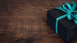 sort gave med blåt gavebånd